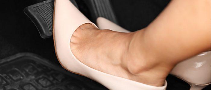 Freando com o pé esquerdo